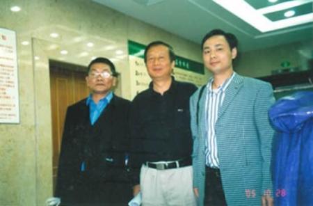 全国白蚁防治中心副主任石勇(中)与何总合影